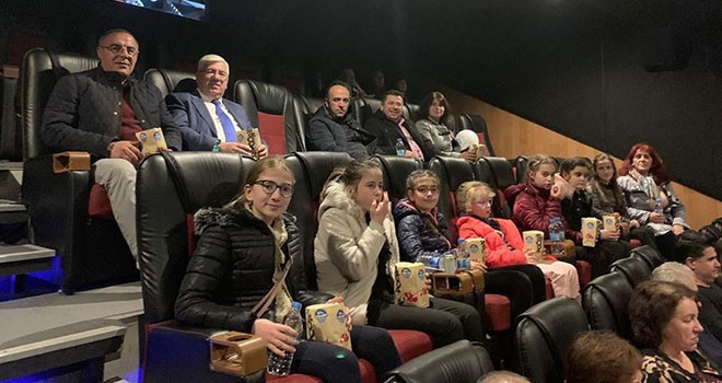Başkan Yüksel Bulgaristan'dan gelen misafirlerini Naim filmine götürdü
