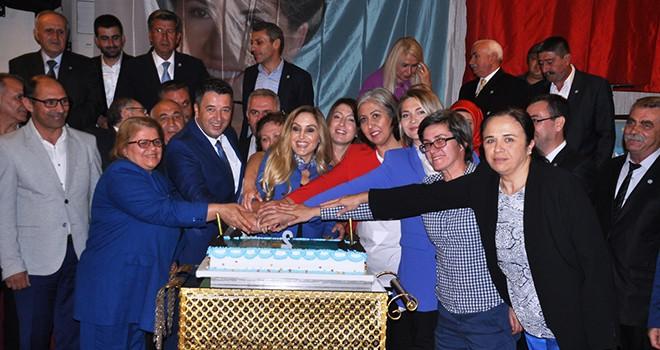 İYİ Partililer 2. Yaş Günü Pastası Kesti