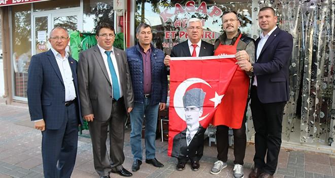 Başkan Yüksel vatandaşa ve esnafa bayrak dağıttı