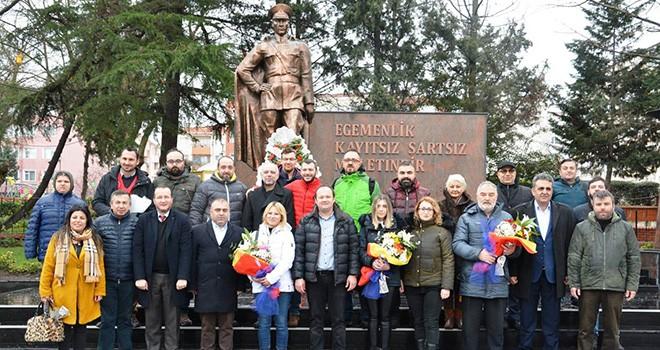 Çorlu Gazeteciler Derneği'nden Atatürk Anıtı'na Çelenk
