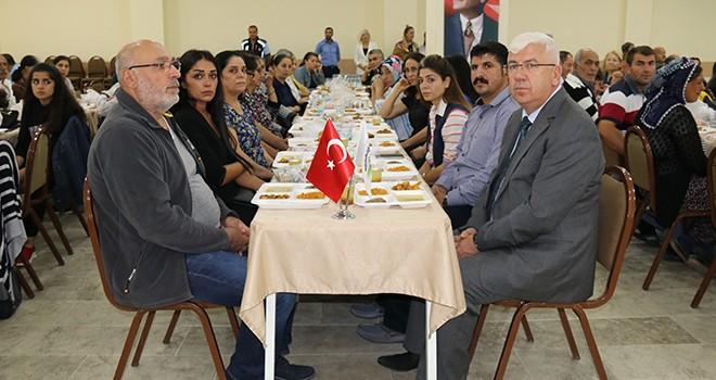 Ergene Belediye Başkanı Rasim Yüksel Muharrem ayı olması dolayısıyla ilçe sakinlerine iftar yemeği verdi.